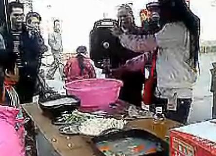 美女摊贩卖锅现场叫卖录音